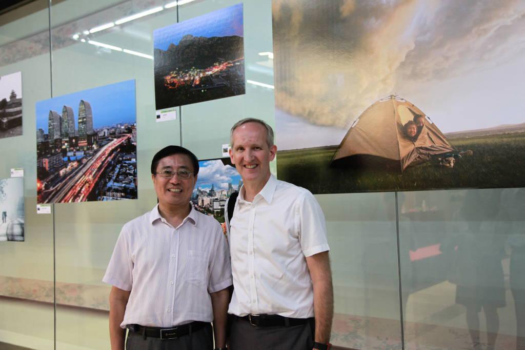 title='第一届北京健康城市建设摄影大赛颁奖大会 WHO驻华代表施贺德博士与王鸿春理事长亲切合影'